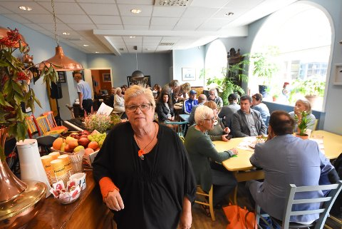 KAFEEN: Det har blitt varmt og hyggelig i Kafé Konkylien på Torvet hvor Liv Kasin og alle hennes hjelpere skaper et trygt sted for alle.