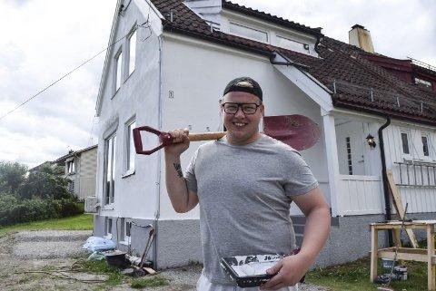 FERDIG: Bak sangeren Kim Rune Hagen står boligen han har brukt de siste 11 månedene på å pusse opp.