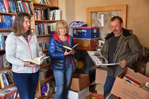 BIBLIOTEK: Fulle hyller og kasser - et smekkfullt rom har Astrid Roe, Ingrid Roe og Hans Torkild Flåterud til bøker som er å få kjøpt på loppemarkedet til helga.