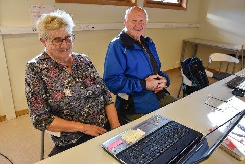 SENIORNETT: Gro Sletta (80) og Anund Stuvrud (75) har deltatt på Seniornett i ett års tid, og gleder seg til å lære mer.