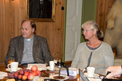 DIAKON: Sokneprest Rune Lia ønsker åpne kirker i Notodden, og ba i tillegg om at det jobbes for å få ansatt diakon i full stilling i kommunen. Ellen Mari Bolkesjø Brandt lyttet interessert.