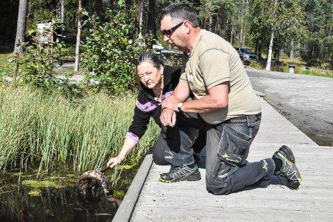 KREPSEFISKE: Ole Henning Skogen og Anita Kirkevold med fisk som er brukt som åte under ulovlig krepsefiske i Tinnemyra.