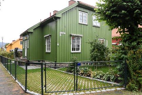 BIL: Mimmi Kvisvik hadde ingen parkeringsplass i nærheten, og benyttet armert gress for å bevare hagebypreget da hun opparbeidet bilopptillingsplassen.