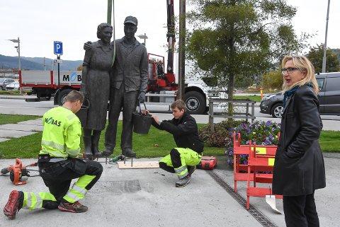 TILBAKE: Ingrid Lene Langedok følger med mens skulpturen hennes heises tilbake på plass foran Bok & Blueshuset etter å ha blitt reparert.
