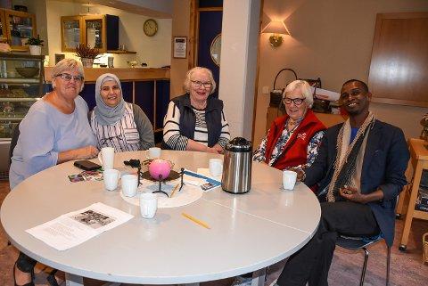 BIDRA: Grethe Trovi Duesund (f.v.), Suheer Jallad, Ellen Marie Dankertsen, Bjørg Johansen og Ahmed Salama Ismail oppfordrer lag, organisasjoner og andre til også å involvere folk fra andre kulturer og deler av verden i styrene.