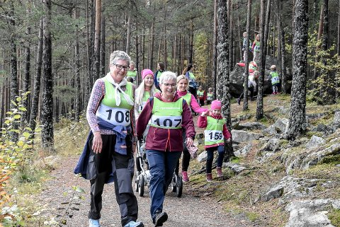 KREFT: Jorunn Gustavsen (t.v) og Randi Goberg Skevik har begge kjent kreften på kroppen. For dem var det en selvfølge å delta på Rosa Sløyfe-løpet på Tinnemyra.