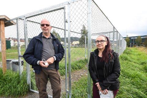 Styret for Notodden hundepark tar ingen sjanser. I går satte Ole Fjærberg og Petra Fjærberg på hengelås på porten inntil videre på grunn av den mystiske hundesykdommen som herjer.