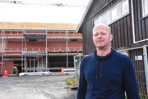 Nils Olav Hovde synes fire år som varaordfører i Hjartdal har vært spennende og er stolt over hva kommunen med Arbeiderpartiet og KrF i spissen har fått til, deriblant det nye omsorgssenteret i bakgrunnen.
