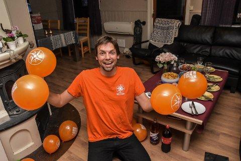 FEIRET: Benjamin Karlsen feiret kommunestyreplassen hjemme i stua familie, venner, ballonger, cola og potetgull.