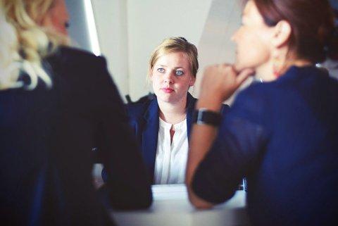 LØNN: I jobbintervju kan du bli spurt om hva du forventer i lønn om du får den ledige stillingen, og da kan det være lurt å ikke oppgi en eksakt sum, ifølge hodejeger Trine Larsen i Hammer & Hanborg. Illustrasjonsfoto. Foto: Tim Gouw (Unsplash)