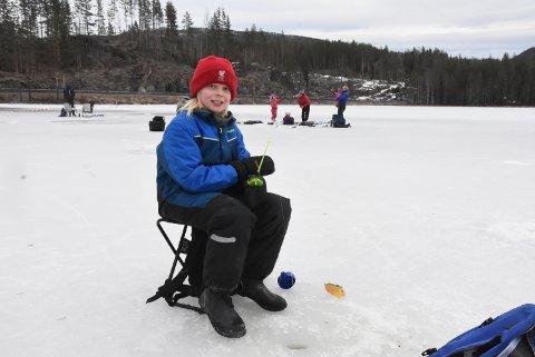 ARON ER OPTIMIST: Aron Hvaale går for seier sammenlagt i årets isfiskekonkurranse - tross en laber start lørdag.