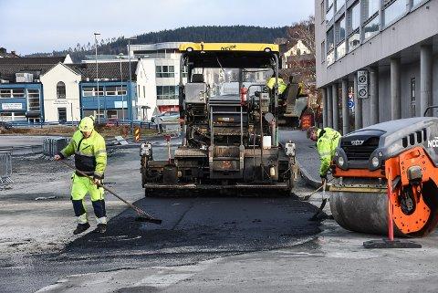 ASFALT: I dag kom asfalten på vei mot Bok og Blueshuset, kollektivterminalen, vidregående skole og Hydroparken på plass. Slutt på vinterens hullete veier!