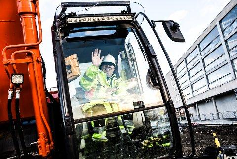 BLID: Han hilser blidt - maskinfører Andres Haugholt - som er med i gjengen som klargjør for bygging av Notoddens nye bydel.