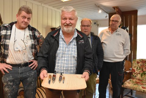 ROSEMALT:  Geir Kåsastul (t.v), Terje Rudnick Hagen, Bjørn Eyvind Haugmoen og Ivar Brendemo med det rosemalte produktet.