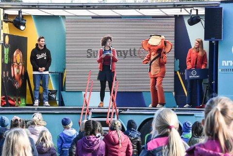 FJERT: Da Fantorangen slapp en fjert på scenen ble det latter i skolegården.