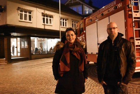 PÅ OPPDRAG: Kathrine Årmot Andersen og Terje Ottesen er to av de lokale statistene som stiller opp for filmselskapet slik at de får filmet scenene sine på Telerock og i gatene rundt.