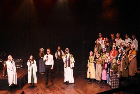 VEL BLÅST: Notodden kulturskole hadde premiere på sin musikal Les Miserables fredag kveld. Lørdag er det ny sjanse til å se den flotte forestillingen.