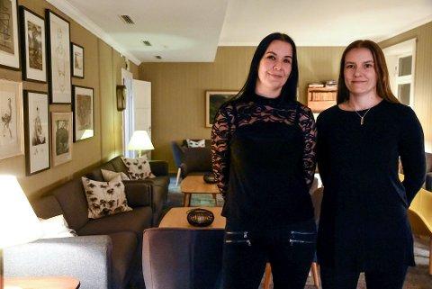 FÅR BESTILLINGER: Gry Moen og Kjersti Rokne Moen er glad for at de kan invitere inn til trygt julebord på Brattrein Hotell.
