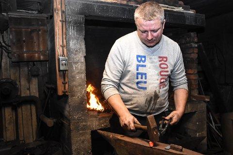 ARV: Johnny Slettemo tar opp arven etter oldefar i smia på Hjuksebø.
