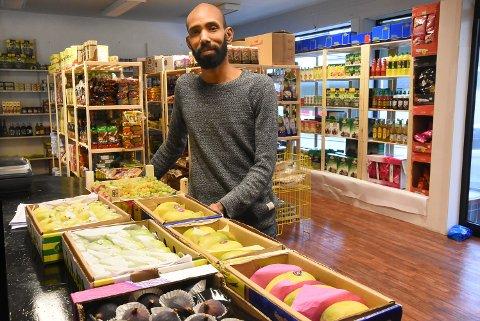 FERSKT OG LANGVEISFRA: Notodden Food har åpnet butikk i Telegata. Mosaab Hassan er spent på hvor mange det er som vil prøve litt annerledes matvarer enn dem er kjent med fra før.