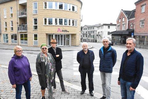 UTFORDRER POLITIKERNE: Gunn Rokne, Mette Høydal, Hallgrim Høydal, Håvard Kittilsen, Kristian Rokne og Gisle Haukvik forstår godt 77-åringen ved Ramberghjørnet som fortvilte etter siste helgs bilbråk i sentrum. Selv bor dem litt lenger ned og mener det er på høy tid at politikerne tar ansvar hvis dem faktisk ønsker at folk bor i sentrum.