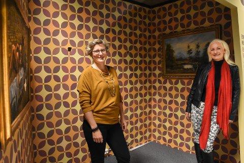 SNART NYTT UNGDOMSHUS: Hilde Hem og Jorunn Sørensen i én av båsene fra det gamle museet som kan gjenbrukes som kosekrok for ungdommen - kanskje. Nå designes og bygges nemlig de nye ungdomslokalene i Bok & Blueshuset.