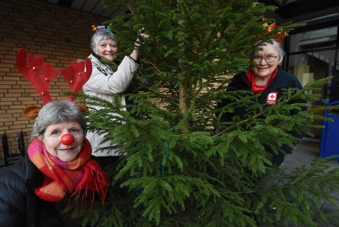 I JULESTEMNING: Eva B. Øverland, Ellen Solberg Eliassen og Ellen Dankertsen fra Notodden Frivilligsentral og Notodden Røde Kors håper mange vil delta på julegaveaksjonen i Notodden også i år, selv om det blir på en litt annen måte enn de siste årene.