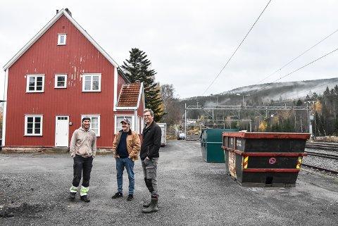 STASJON: Ole Kristoffer Røste (t.v), Fredrick Kaasa og Kristian Angard ønsker å kjøpe eller leie den nedlagte stasjonen på Hjuksebø for å innlosjere sesongarbeidere.
