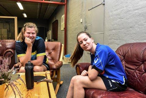 SPILLEr MED HANDIKAP: Merethe Tveiten (t.v) og Jenny Helene Slettum har begge cerebral parese. Nå har de to funnet tonen i bordtennishallen.