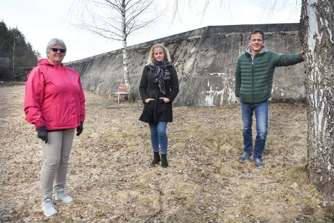 MARS: Her er Grethe Trovi Duesund sammen med Silje Brokke og Bert Grooten da de fortalte om planene for en treningspark på Tinnemyra i mars.
