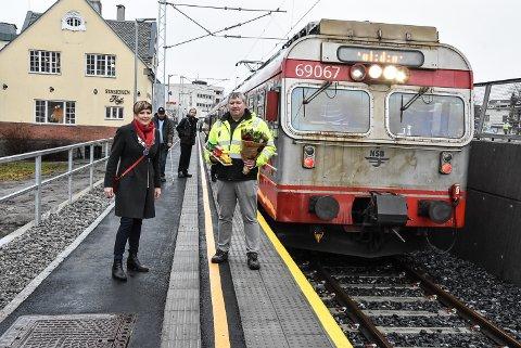ÅPNING: Ordfører Gry Fuglestveit og prosjektleder Rune Jensen er glade for at sporet ned til kollektivterminalen endelig er satt i drift.