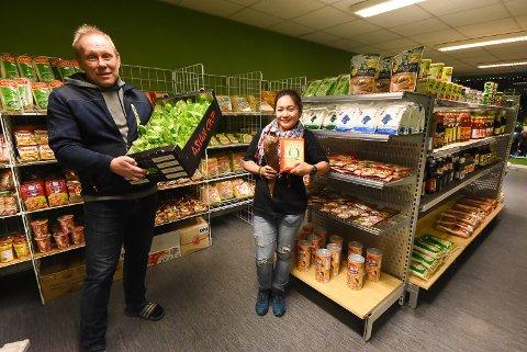 NY BUTIKK: Ole Bjørn og Cheryliza Andersen ønsker at folk i Notodden-distriktet skal ha lettere tilgang på asiatiske råvarer. Så de startet like godt opp butikk selv.