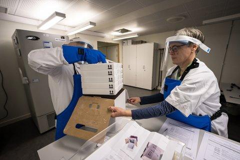 VAKSINE: Farmasøyt Ellen Bergh, avdelingsleder Samira Benaissa og leder for Sykhusapotekene Jalil Djahromi mottar den første leveransen til Norge med 9.750 doser av koronavaksinen, utviklet av Pfizer og Biontech.
