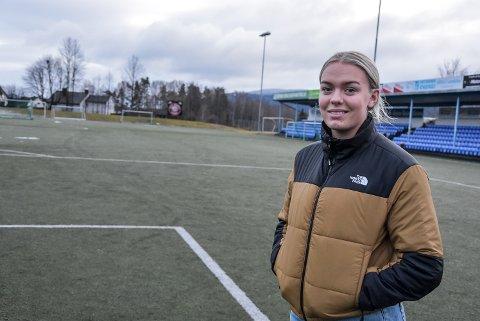 BYTTE: Jenny Hestad er glad for at nå endelig ser ut til å gå mot et bytte av kunstgresset på Sætre. Sjøl drar hun i militæret, men håper å få med seg Snøgg-kamper i år likevel.