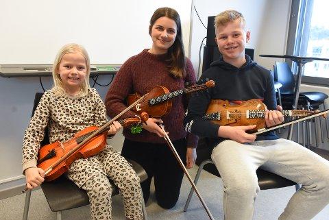 VIL LÆRE MER: Nora Gampedalen, Hans Torjus Gamledalen og kulturskolelærer Johanne Flottorp synes alle at hardingfela er et spennende instrument som man alltid kan lære noe nytt med.