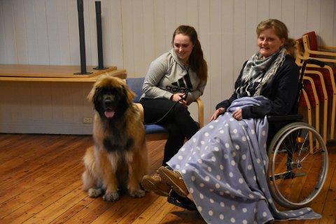 """ULIKE SITUASJONER: Hundene som kurses til å bli besøksvenner testes i situasjoner som møter med rullestolbrukere og sengeliggende. Her spiller Jeanette Gulliksen lam for anledningen, mens Line Marlene Haugen og Coco er på """"besøk""""."""