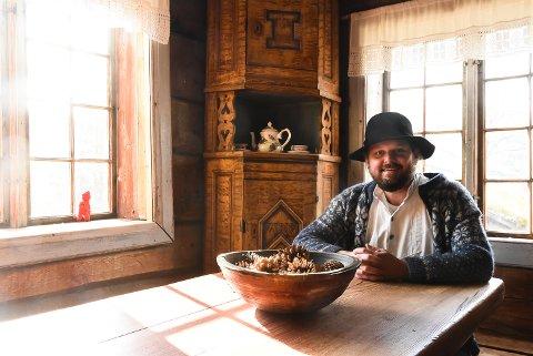 SOMMER-SFO: Til sommeren får Helge Anderson selskap rundt bordet i Rambergstugo på Heddal bygdetun en uke i sommer når det inviteres til sommer-SFO på 1800-tallsvis.
