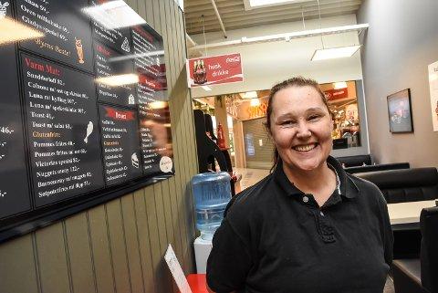 OVERTAR: Glenny Kalbekdalen og Gladys Cafè overtar driften av Tuven Cafè fra i dag av og ut august måned. Nå skal hun og familien drive begge kafèene i senteret ut august. Arkivfoto.