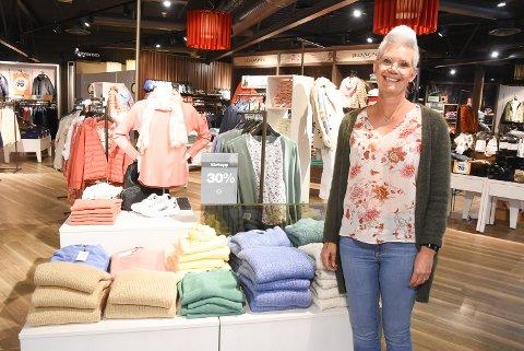 ÅPENT: Butikksjef Anne-Gyrid Aanestad Nykås hos Match på Tuvensenteret er glad for at butikken er åpnet igjen, men den litt anspente følelsen er merkbar i hele kjøpesenteret.