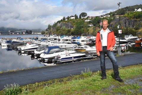 FLERE PLASSER: Nesøya Marina utvider igjen, og i år blir det åtte-ti nye båtplasser. Du må være kjapp hvis du vil ha en av dem, for styreleder Tor Borgejordet har nemlig folk på venteliste.  Dette bildet er fra en langt gråere dag i august i fjor.