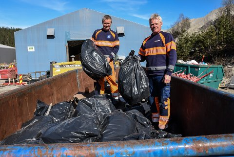 SØPPEL: Harald Nisi og Øyvind Svihus hos Mesta på Ørvella med all veisøpla som er samlet inn i Notodden og MidtTelemark: Hundrevis av sekker de siste dagene.