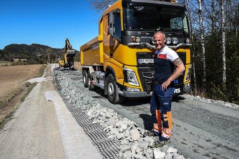 BLIR BEDRE: Her er målet at veien skal bli bedre. Lastebilsjåfør Håvard Rauland og makker gravemaskinfører Hans Helge Feten hos Mesta er i gang.
