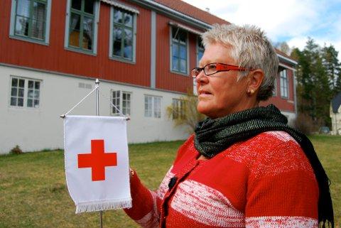 PENGER: Tora Ødegaarden gleder seg over at Notodden Røde Kors har fått 5 000 kroner fra Jorunn Sørensens munnbindprosjekt.
