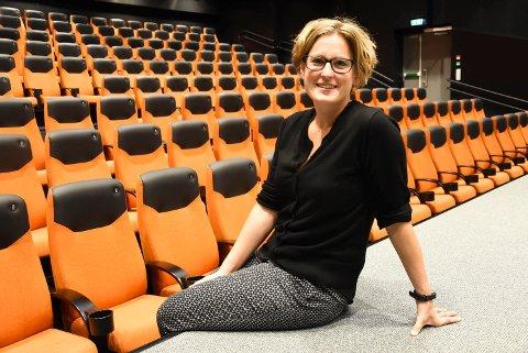 AVVENTER RETNINGSLINJER: Kinosjef Hilde Hem gleder seg til å snurre film på Notodden kino igjen, men trenger mer informasjon fra myndighetene før hun vet om de får lov. (Arkivfoto)