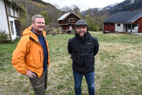 BYGG HER: Audun Dølen og Bengt Halvard Odden i Hjartdal Arbeiderparti vil bygge ny barnehage i Hjartdal på denne tomta.