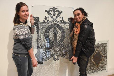 PAPIRKLIPP: Helene Brekke og Rita Engedalen gleder seg over å kunne åpne Telemarksgalleriet igjen med papirklipp-kunstverkene til Karen Bit Vejle.