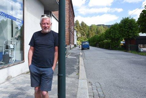 KRITISK: Harald Hillestad mener Notodden kommune har et ansvar for å skilte litt bedre at det er parkering forbudt på enkelte veier i sentrum. Slik som her i Birkelandsgate hvor det stadig står biler parkert.