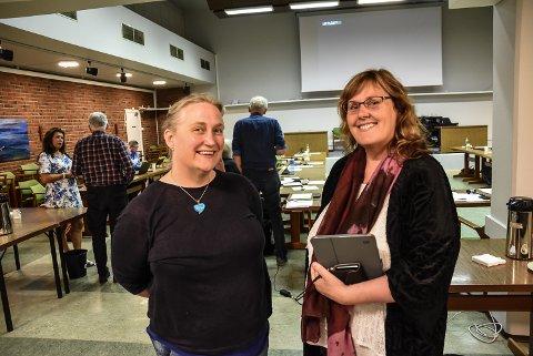 FORNØYD: Hæge Mælandsmo Lund (til venstre) og Inger Lise Wølner fra Kattekleivbarnehagene er fornøyd med at politikerne ville selge Yli skole for 1,5 millioner kroner. Her rett etter at vedaket ble fattet. For anledningen ble formannskapsmøtet avholdt i kommunestyresalen - for å sikre god nok plass blant de frammøtte.