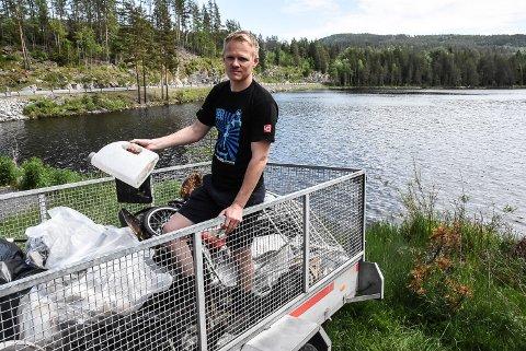 MYE SØPPL: Thomas Lien ledet aksjonen da folk fra Notodden Jeger og Fiskerforening plukka søppel langs Elgsjøens bredder lørdag.