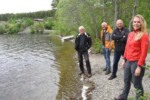 BUKT: Grunneier Anne Rokne Bolkesjø har allerede tilbudt Notodden kommune et område hvis de vil tilrettelegge en badeplass ved Follsjøen. Her sammen med Håvard Bakka, Reidar Solberg og Borgar Løberg i SV.